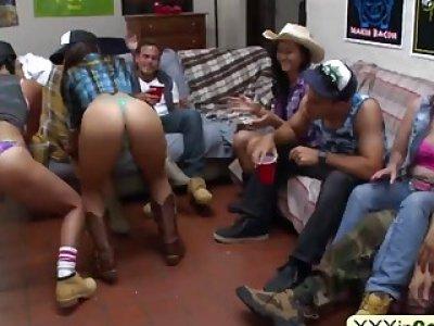 大学宝贝剥夺女牛仔服装与英俊的男友投掷内裤