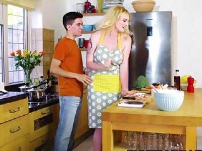 烹饪时,Carly Rae吸吮公鸡