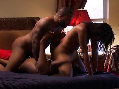黑人夫妇三人组合与乌木宝贝