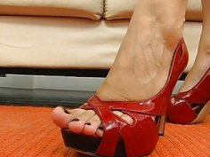 Dark brown begins a footjob with pleasure