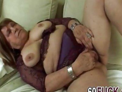 胖乎乎的奶奶自慰,直到在她阴湿的阴道里得到一只很硬的小鸭子