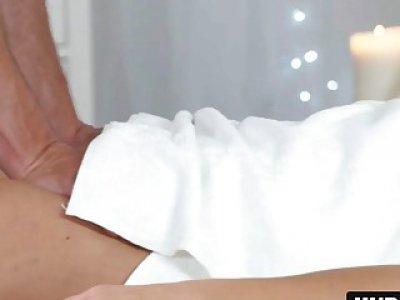 金发宝贝挂在手头按摩治疗师公鸡的口交上挂着她的大胸部