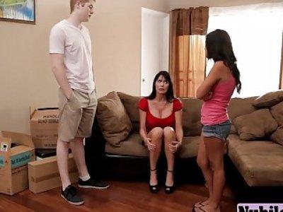 幸运的年轻家伙舔女友的猫,然后通过她的继母得到BJ