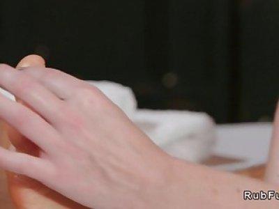女按摩师给予足部按摩并获得性生活