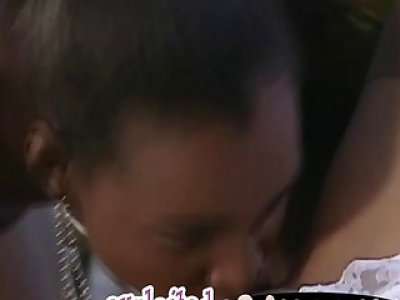 在他们亲吻的时候,变态的异族女孩会被蒸起来