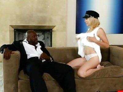 莉莉在沙发上吸收巨大的黑色boner和刘海