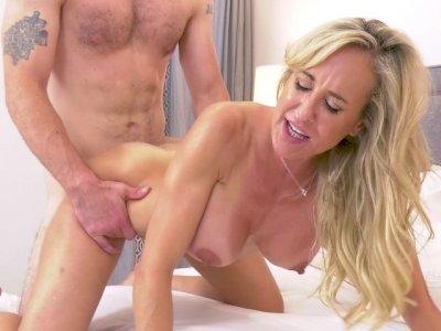 丰满的妈妈布兰迪爱在她的四肢得到阴部捣烂