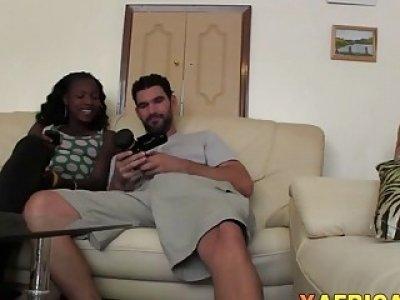 顽皮的非洲业余吸吮大白鸡巴,并在客厅里打得砰砰