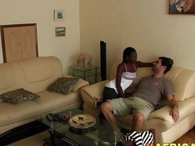 淫荡的业余乌木女友在沙发上骑着大而坚硬的白色阴茎