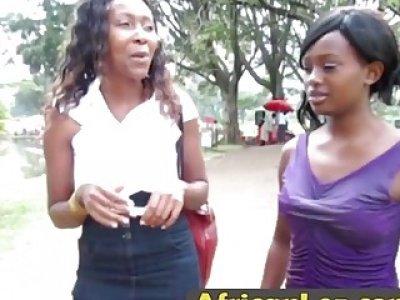 热的非洲女同性恋者一起享受沐浴