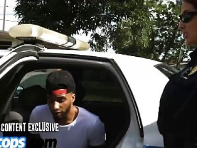 另一名警察正在骑黑人老大的家伙,而另一名警察正在坐在他的脸上