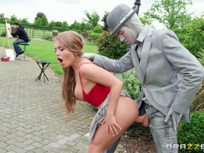 热辣的宝贝亚历山德拉竖立着活着的雕像的巨大阴茎