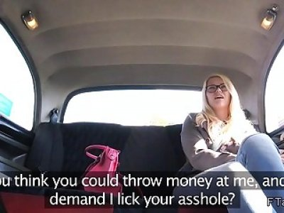 金发女郎在假的出租车中摔跤