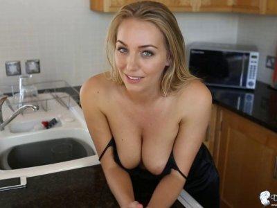 美丽的诱惑公鸡在厨房里与她的小女孩戏弄