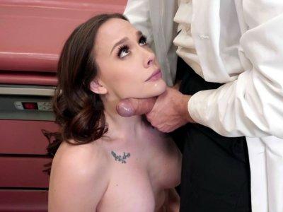 香奈儿普雷斯顿得到了她的脸上性交医生
