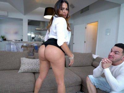 Julianna Vega炫耀她伟大的屁股