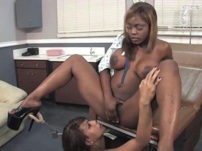可爱的女同性恋在医生办公室擦了擦,直到喷出