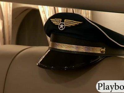 乘客和乘务员一起玩得很开心