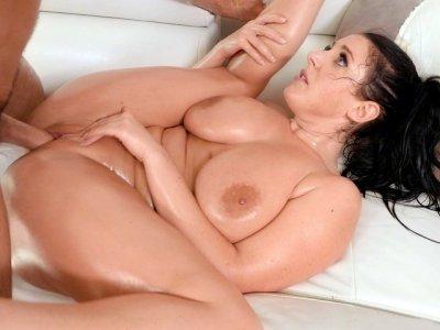 大天然胸罩Angela White被Charles Dera撞击