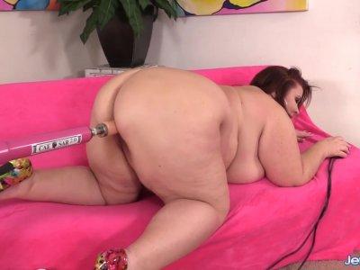 精力充沛的BBW Lady Lynn喜欢从他妈的机器中咀嚼屄