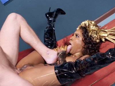 Demi Sutra让她的阴部被硬公鸡钻了