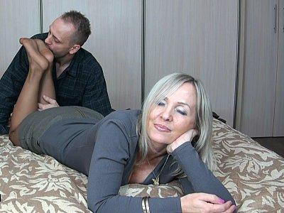 连裤袜的成熟脚得到了性交