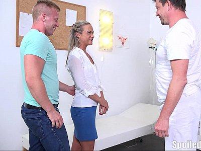 根据医生的命令,金发女郎性交