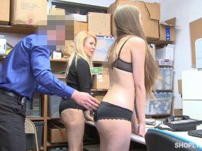 顽皮的青少年和成熟的宝贝受到惩罚和性交入店行窃