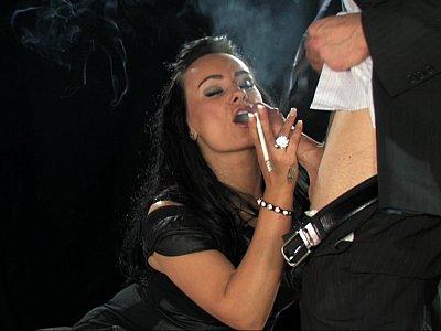 布鲁内特抽烟和吮吸鸡巴