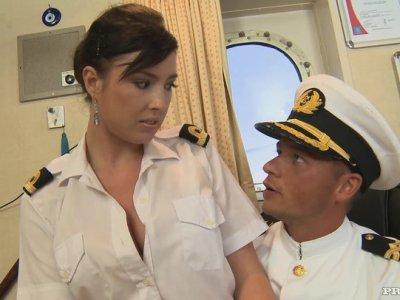 Horny Stacy在他的房间里引诱一名船长