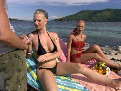Tarra White和Jennifer Love一起吮吸一只公鸡