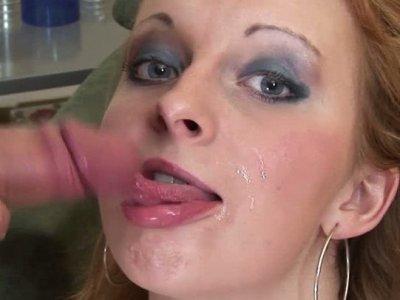 可爱的金发女郎在她的脸上获得双重渗透