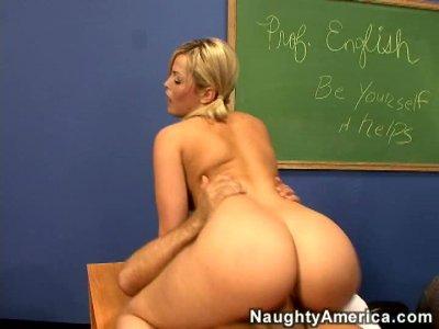 神话般的金发宝贝Alexis Texas在老师的桌子上骑着公鸡