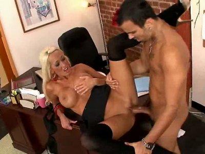 Lachelle Marie在办公桌上性交