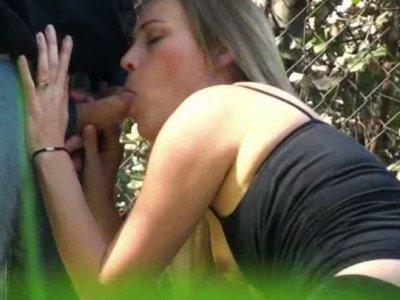 当人们走过去抓住他们他妈的时候,淫金发Daisy Lane在后院吸了一个鸡巴