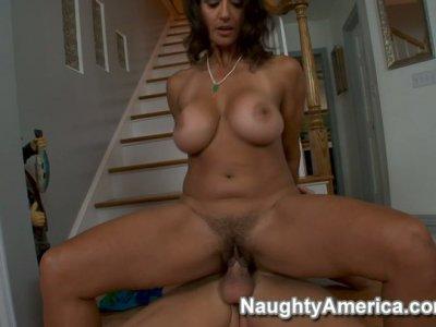 Jade milf Persia Monir在楼梯上乱搞一只强壮的阴茎并挤压她的水壶