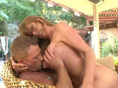 放荡的美洲狮达拉克兰希望在她的阴部和屁股好漂亮的年轻公鸡