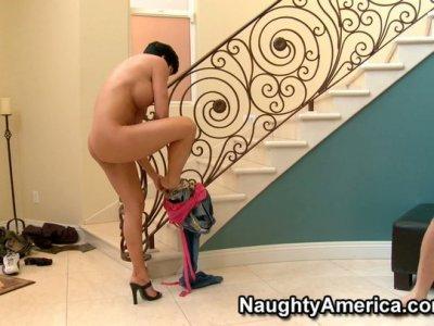 狡猾的黑发Shay Fox在楼梯上给口交。