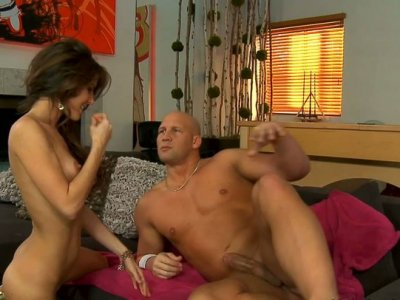 Bombshell brunette Jenni Lee knows how to satisfy her horny pussy
