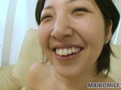 日本小鸡Emi Ishibashi想要的粉红色假阳具和坚韧的小狗