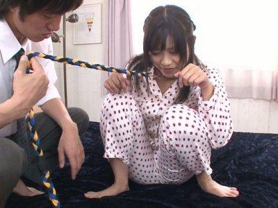 亚洲婊子Aika Hoshino用皮带弄脏了她的脏混蛋