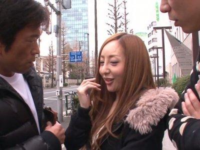整洁而小小的Erena Aihara在街头诱惑并同意在色情视频中进行三人性交