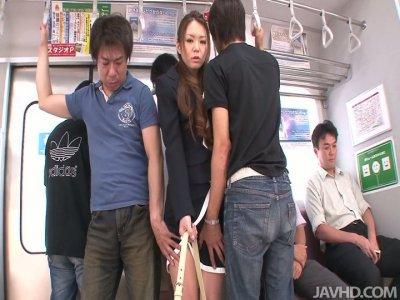 无耻而肮脏的亚洲色情明星中国三村在地铁中被撞