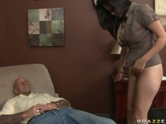 Slutty brunette chick Evie Delatosso facesits and blows