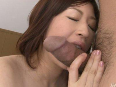 热门的日本青少年Oshimo Riko被她的老师戳了戳