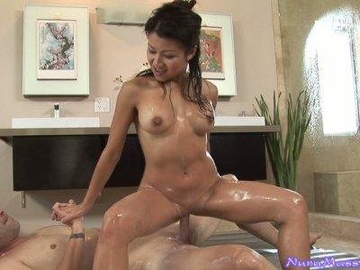精力充沛的亚洲女按摩师Jackie Lin骑着她的客户的阴茎