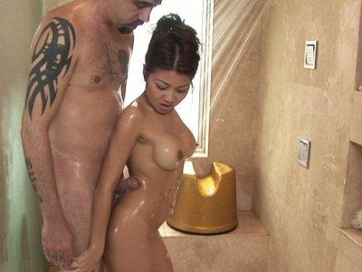 华丽的亚洲人Jackie Lin拥有最可爱的乳房按摩