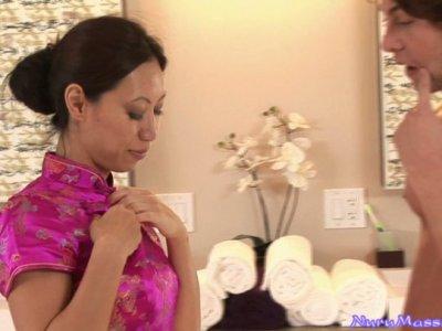 狭窄的黑发妓女Tia Ling和她的男人泡泡澡