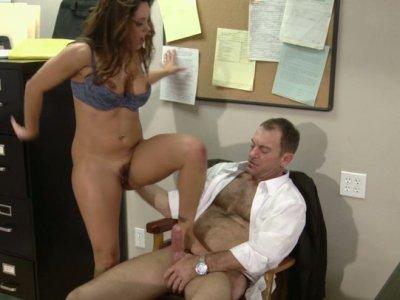 放松和角质的办公室员工Francesca Le骑着她老板的阴茎