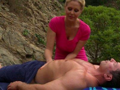 角质女按摩师朱莉娅安给了一个额外的按摩会吸吮鸡巴